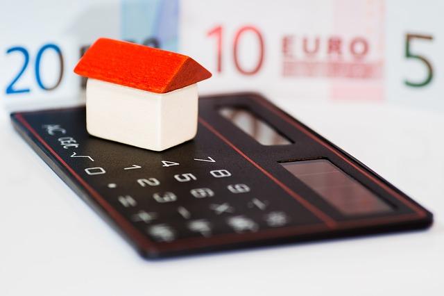 kalkulačka, peníze, domeček