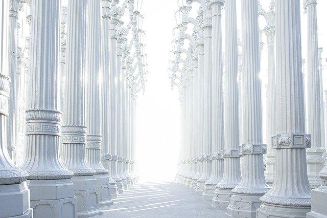 hodně světla, sloupy, hala