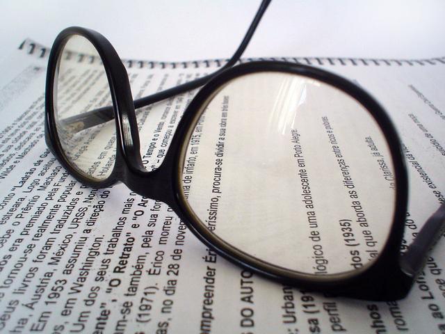 brýle položené na textu sešitu