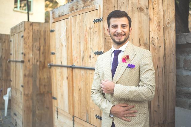 muž v obleku, dřevěné skříně